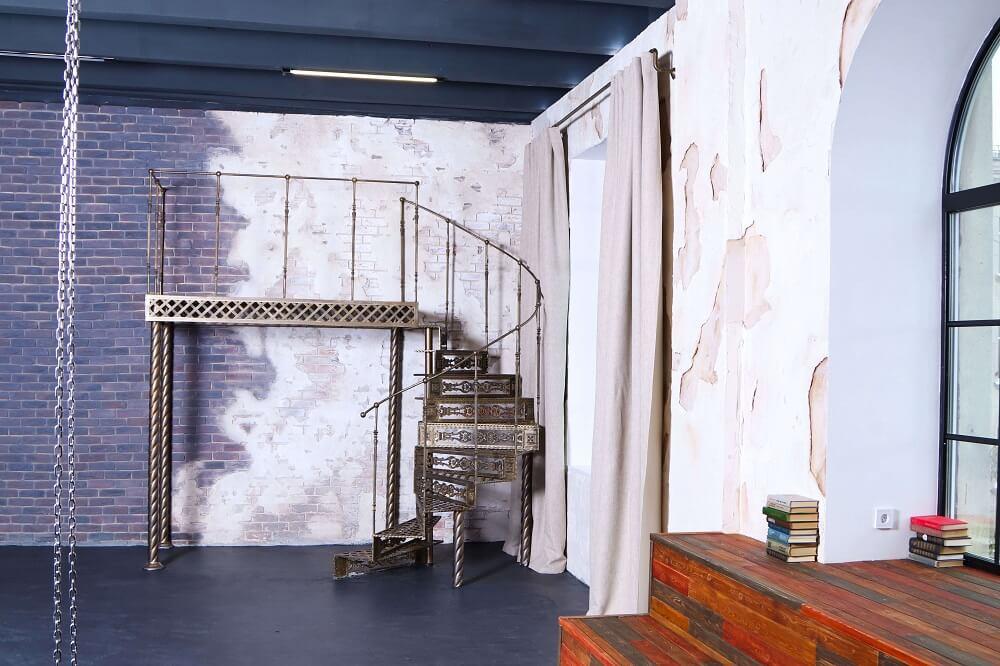 фотостудия с шикарной лестницей чудесным